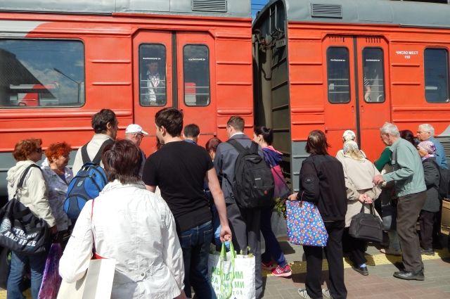 Железнодорожный транспорт стал местом развлечения подростков.