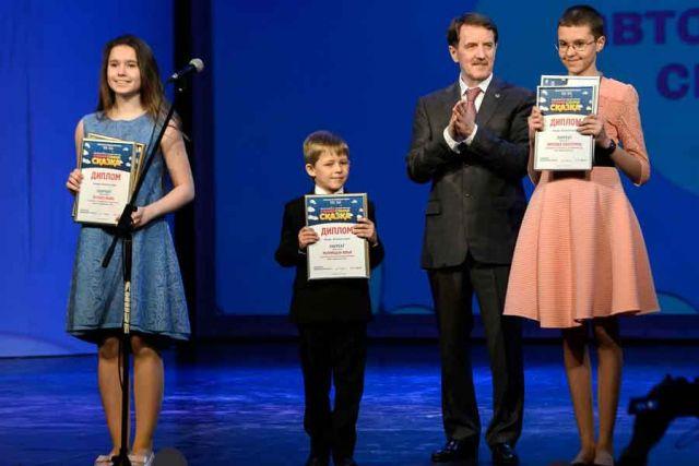 Глава региона вручил дипломы победителям в номинации «Конкурс авторской сказки».
