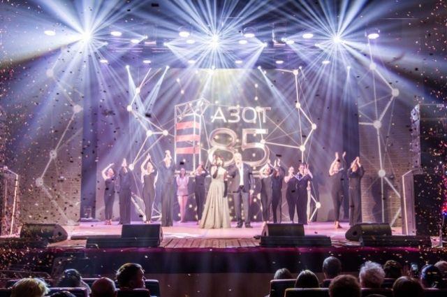 На большом экране запустили трансляцию проекта «Главные люди «Азота», посвящённого 85-летнему юбилею предприятия.