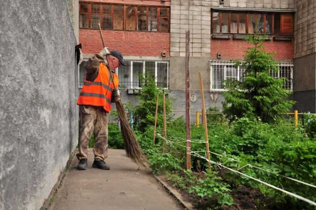 Александр Рябов с раннего утра колдует над чистотой двора.