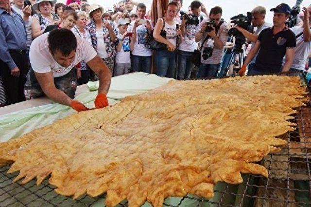 Крымчане так любят чебуреки, что в 2017 году здесь испекли самый большой в мире чебурек.