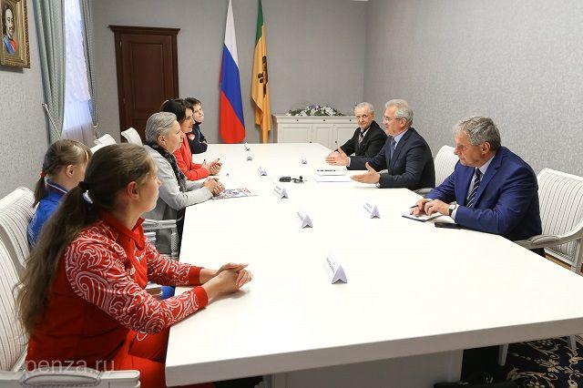 После торжественного открытия губернатор встретился с организаторами состязаний.