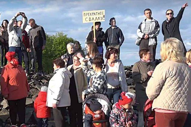 На акцию протеста жители посёлка выходили семьями.