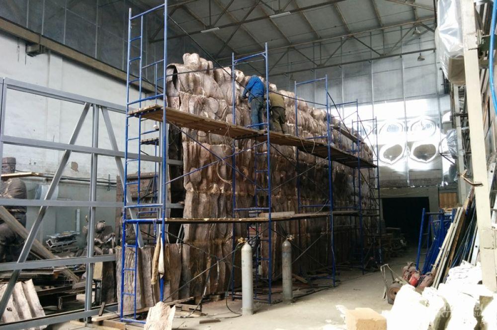 Стена Скорби — 35 метров в длину и 6 метров в высоту. Георгий Франгулян: «Отлито три четверти всего объёма, собрано две трети, даже чуть больше, окончание работ займёт ещё месяца два».