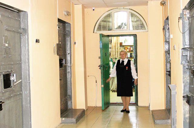 За решёткой и колючей проволокой - окно библиотеки. Ирина Закурдаева: «Я сама иду к своим читателям».