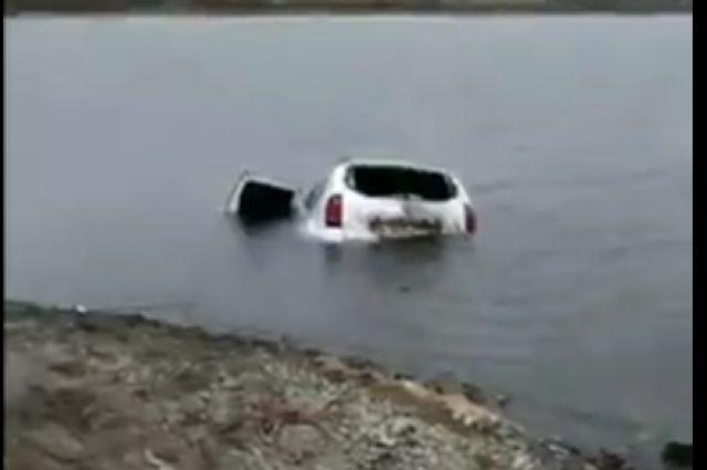 В то же утро затонувшую машину достали из пруда.