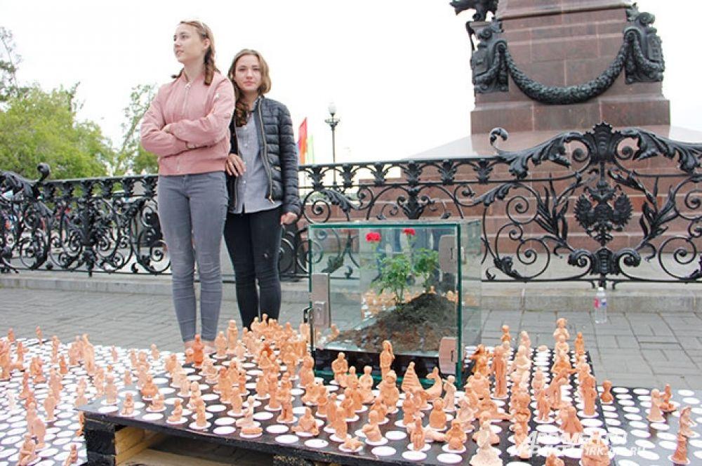 Единственные, кто не побоялся погоды и пришел на площадь к памятнику Александру III, это устроители акции «3111».