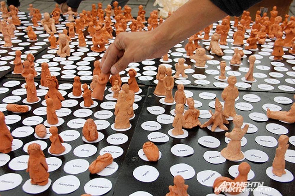 Организаторы вместе с добровольцами слепили 3111 глиняных фигурок, чтобы показать количество маленьких иркутян, оставшихся без родителей.