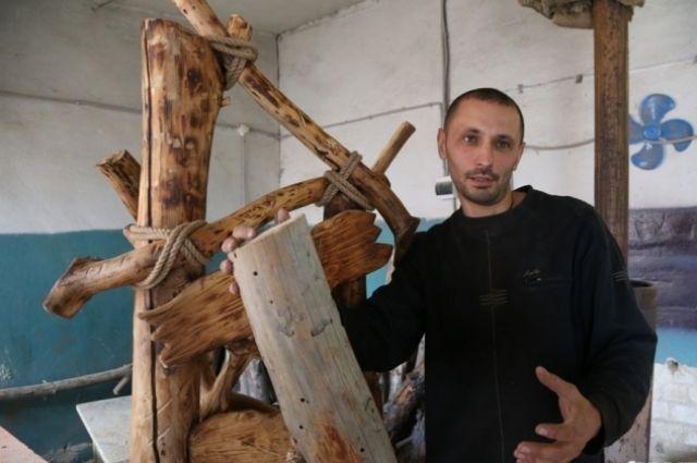 Высохшие на корню деревья и причудливо изогнутые стволы становятся материалом для сказочной мебели Анатолия Гуляева.