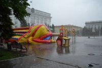 Ветром опрокинуло надувной батут на площади Советов.