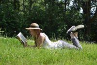Увлекательная книга станет отличным спутником летнего отдыха.