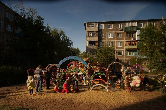 Небольшой островок детской радости с песочницей, игрушками и пушистыми питомцами расположился между обычными пятиэтажками в спальном районе Оренбурга благодаря неравнодушию Илхама Алиева.