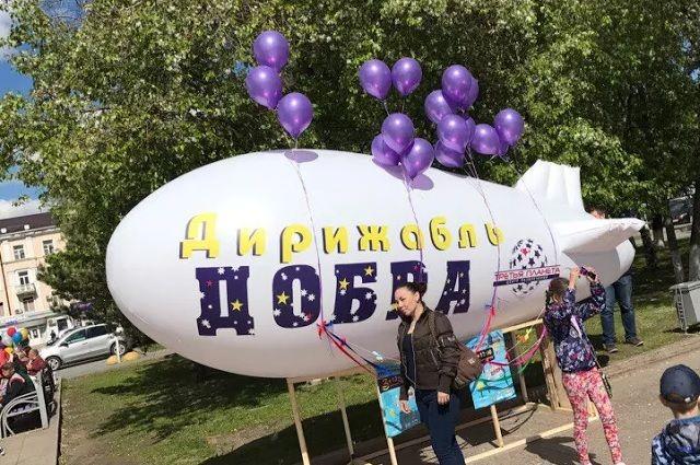 В День защиты детей в Тюмени появился настоящий летающий дирижабль