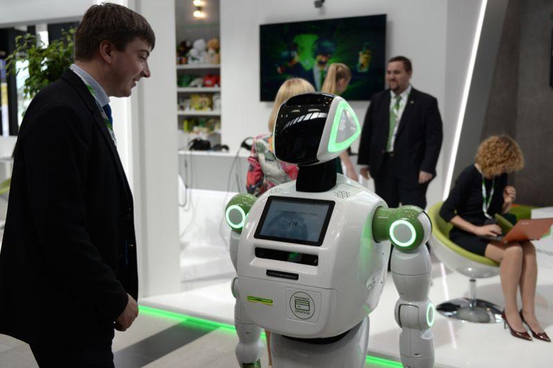 Робот «Кибернетик» рассказывает участнику форума о правилах кибербезопасности в рамках Санкт-Петербургского международного экономического форума 2017.