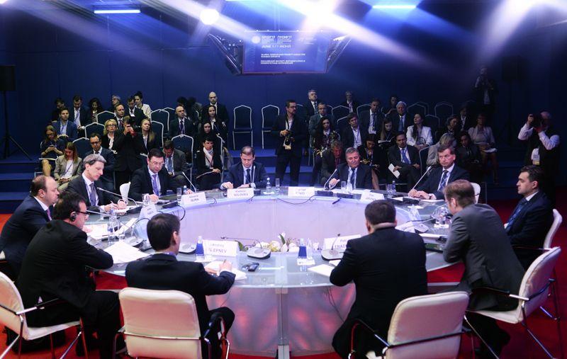 Участники круглого стола «Российский экспорт: Мировой спрос и приоритетные направления» в рамках Санкт-Петербургского международного экономического форума 2017.