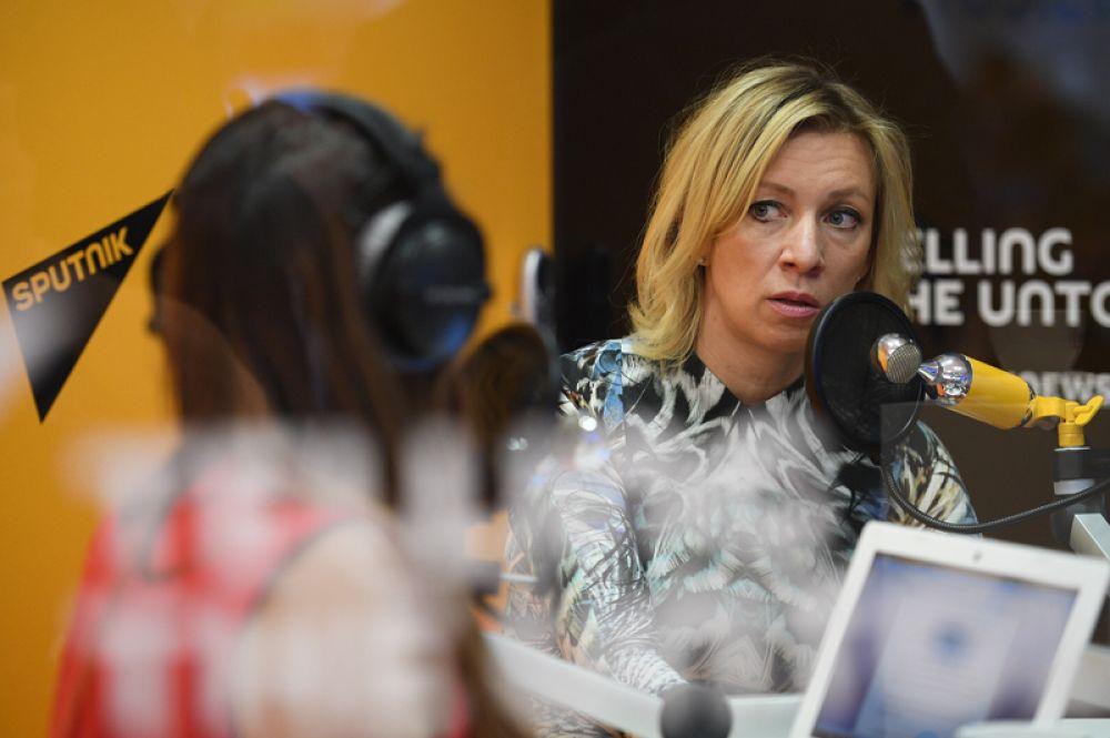 Официальный представитель министерства иностранных дел России Мария Захарова во время интервью радио Sputnik на Санкт-Петербургском международном экономическом форуме 2017.