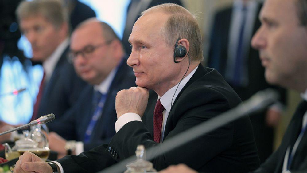 Президент РФ Владимир Путин во время встречи с представителями мировых информационных агентств на полях Санкт-Петербургского международного экономического форума 2017 в Константиновском дворце в Стрельне.