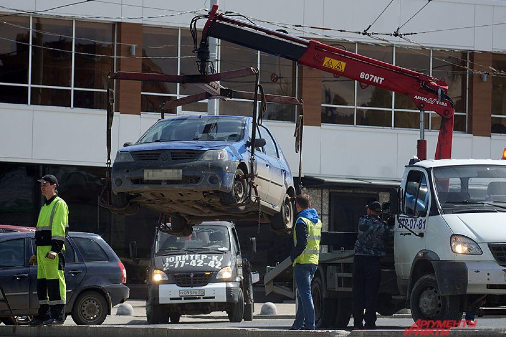 На парковке у Речного вокзала днём полицейские проводили дорожный рейд. По итогам, часть машин были эвакуированы из-за того, что находились на инвалидных местах.