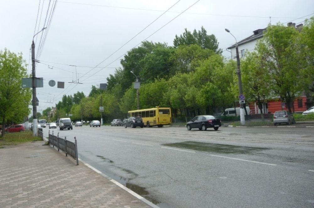 1 июня в Твери - облачно с прояснениями, временами идет дождь, прохладно - +12 градусов, а также дует довольно сильный ветер.