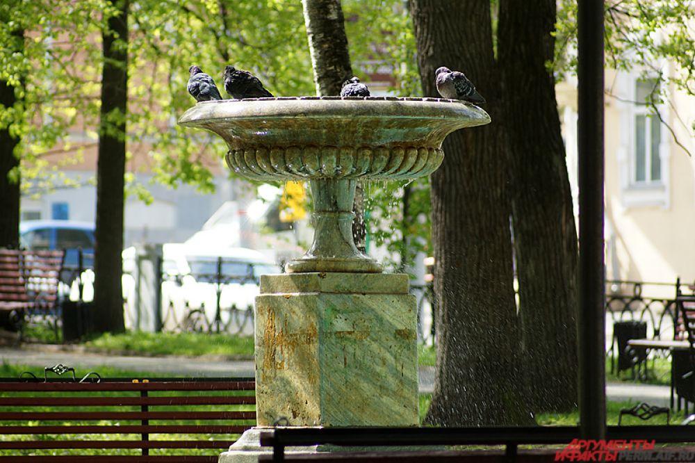 В скверах и парках работают фонтаны. Всего в городе функционируют больше десяти фонтанов – от небольших, как в Оперном сквере, до занимающих целую площадь, например, как Театральный фонтан.