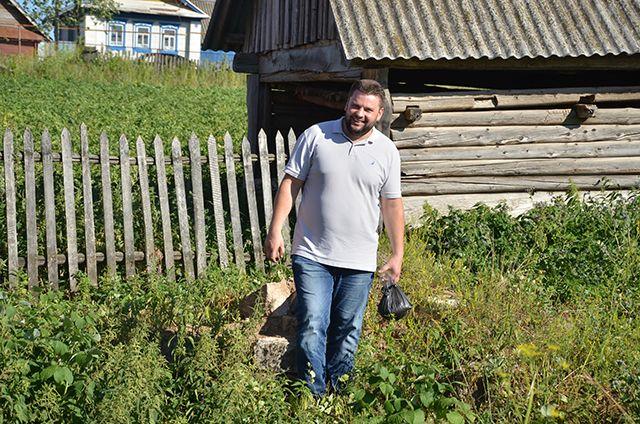 Александр Безбородько на месте отчего дома в деревне Уткино.
