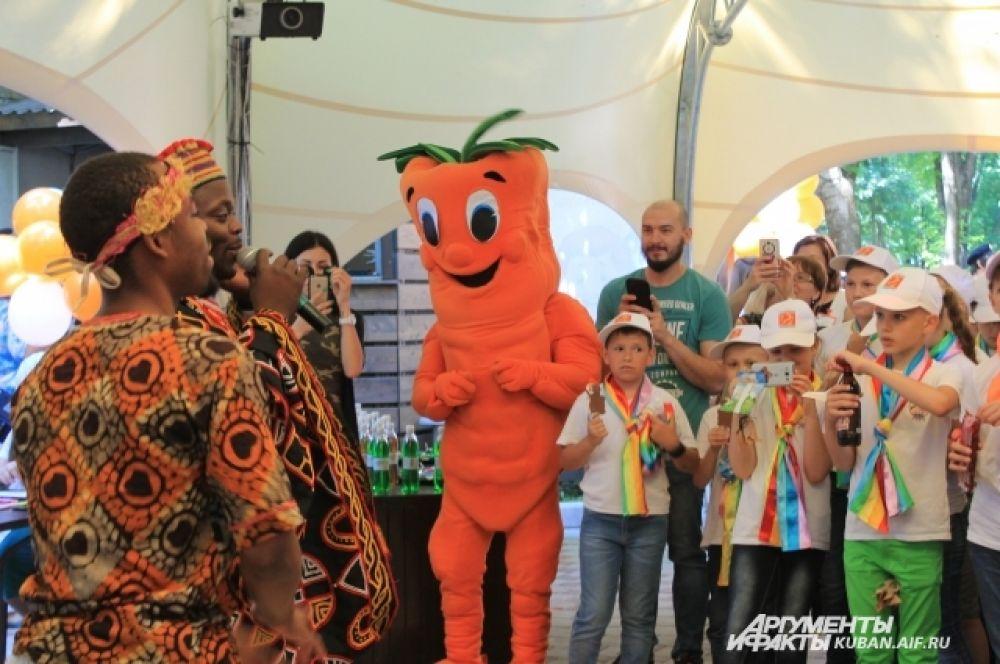 Африканский ансамбль порадовал виновников торжества зажигательной музыкой и мастер-классом по игре на барабанах, а ростовая кукла раздавала сладости.