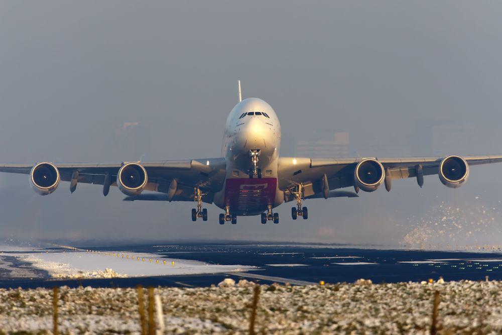 Самым большим серийно выпускающимся самолётом в мире и одновременно самым большим по вместимости является Airbus A380. Он способен перевозить 525 пассажиров в салоне, состоящем из трёх классов, и 853 пассажира в одноклассовой конфигурации.
