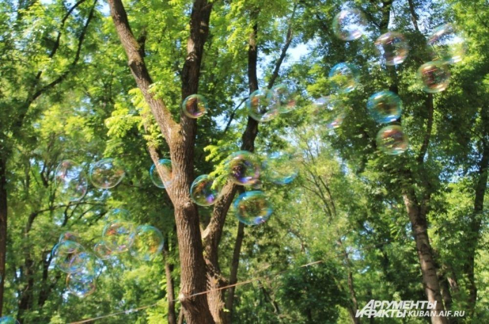Мыльные пузыри разлетелись по всему парку.