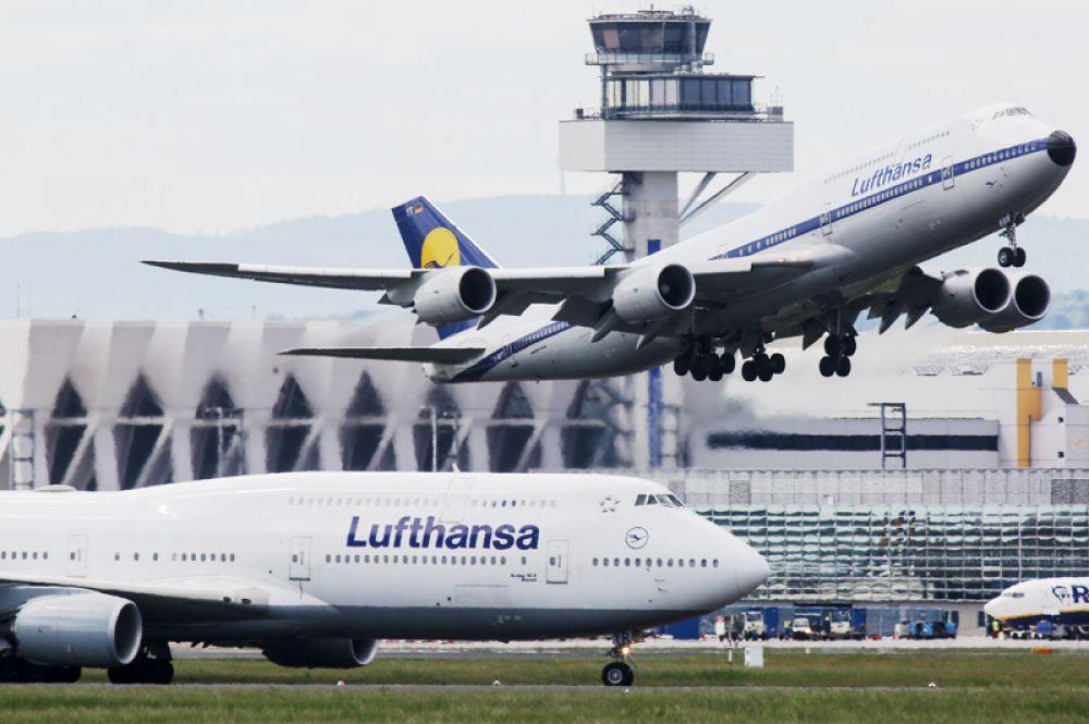 Boeing 747-8 — самый длинный пассажирский самолёт в мире (76,4 метров).