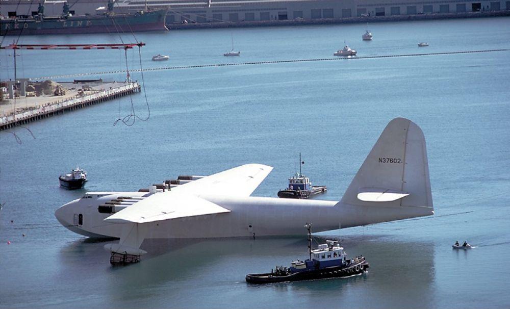 Hughes H-4 Hercules — раритетный самолёт-гигант, разработанный американской фирмой Hughes Aircraft под руководством Говарда Хьюза в 1947 году. Этот 136-тонный самолёт, получивший неофициальное прозвище «Spruce Goose» («Еловый гусь»), был самой большой когда-либо построенной летающей лодкой, а размах его крыла в 98 метров оставался рекордным до сегодняшнего дня, пока его не побил Stratolaunch.