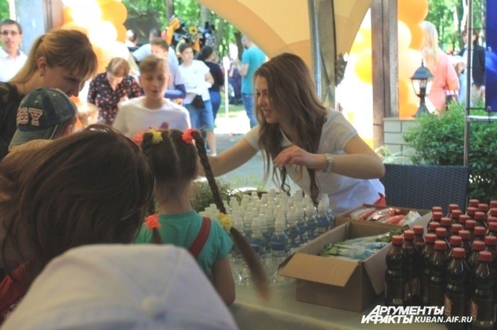 Устроители мероприятия раздавали ребятам еду и питье.