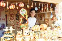 Изюминка фабрики «Владимиро-Суздальские узоры» - ягодно-фруктовый орнамент на светлом дереве - владимирская вишня, рябина, крыжовник.