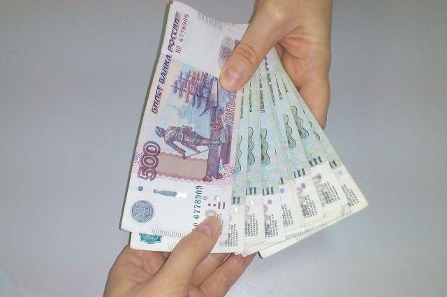 Таможенник вымогал 200 000 рублей.