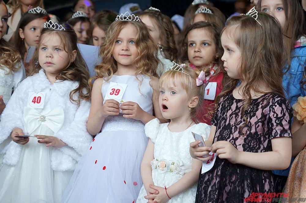 Все маленькие участницы получили короны и призы от спонсоров.