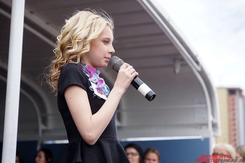 Если маленьким участникам достаточно было пройтись перед зрителями, то подростки кратко рассказывали о себе и своих талантах.