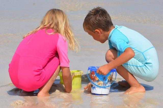 Чаще всего дети подхватывают заразу во время купания.