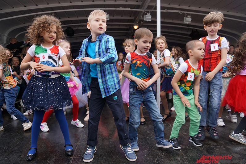 Так, малыши общей группой станцевали под овации зрителей.