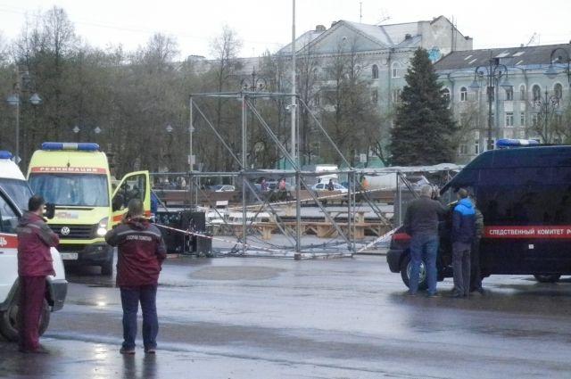 Сейчас в больнице продолжают лечение четверо детей, пострадавших из-за обрушения конструкции.
