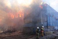 В Ноябрьске пожарным пришлось бороться с огненной стихией более 4 часов.