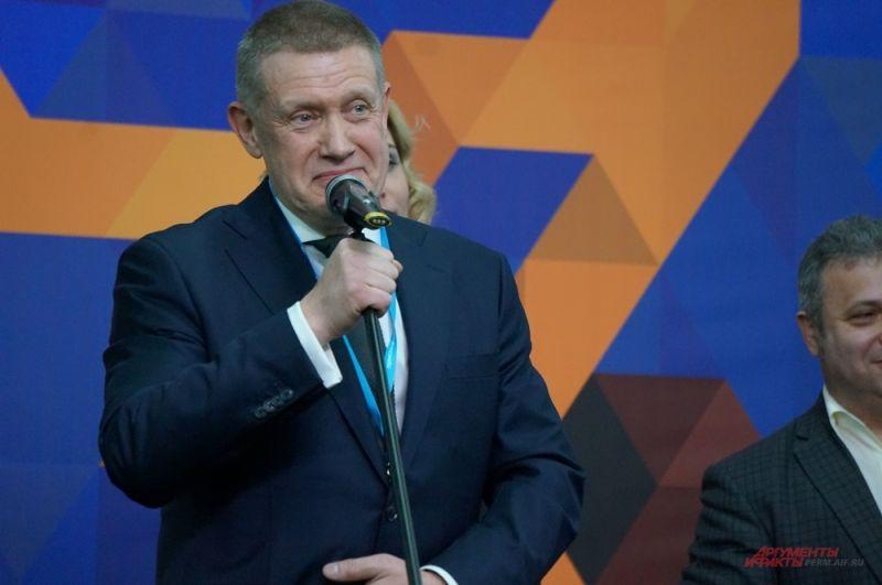 Официальный старт работе салона дал Сергей Климов.