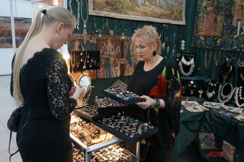 Любители украшений могут приобрести ювелирные изделия.