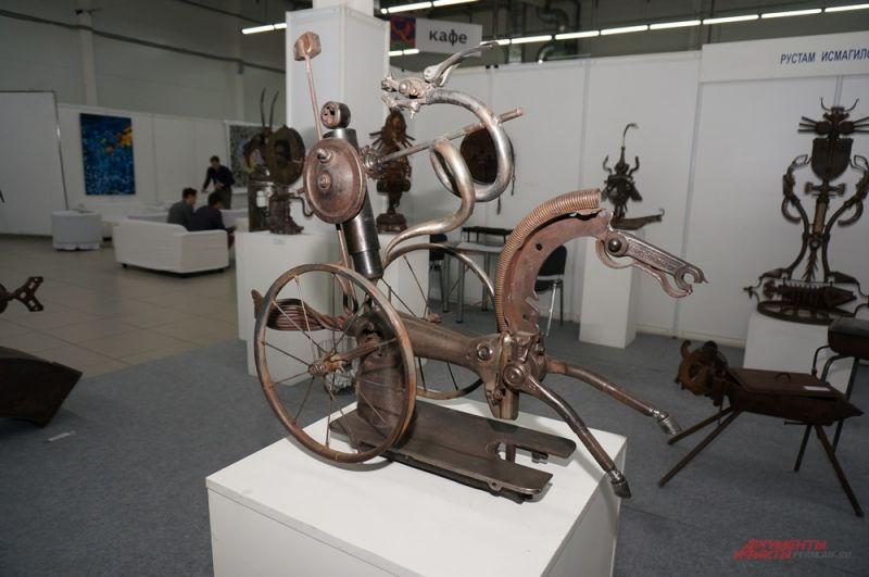 Скульптура из металла пермского художника Рустама Исмагилова.
