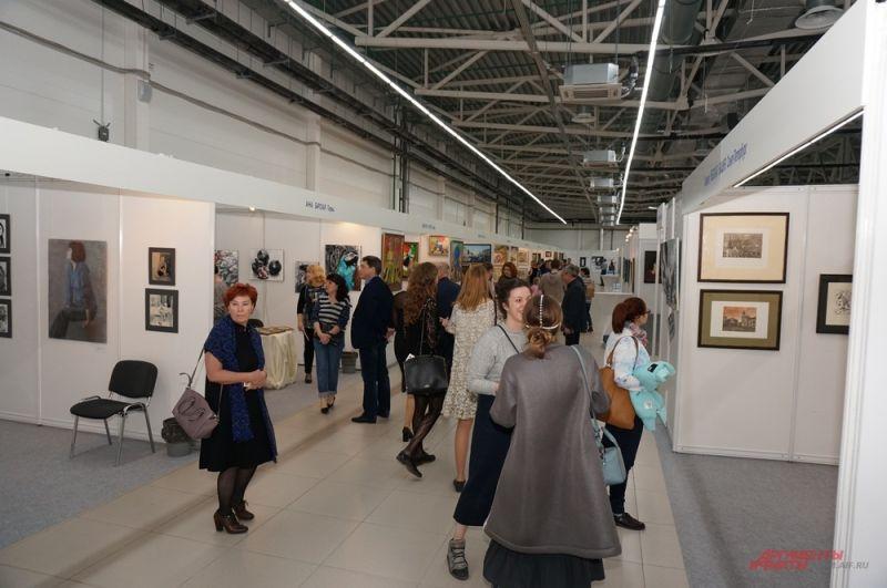 На выставку приехали сотни художников со всей страны.