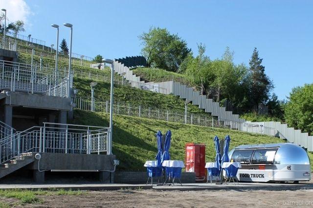 Фудтрак поставили на площадке перед Нагорным парком
