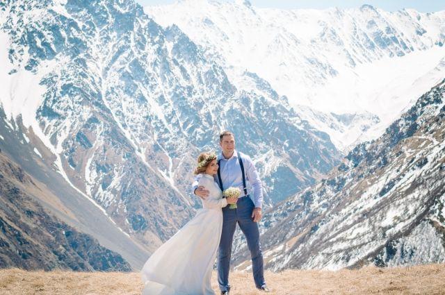 Алина Резепкина и Николай Вингерт сыграли свадьбу на вершине Архонского перевала в Северной Осетии.