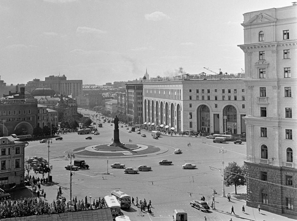 1966 год. Площадь Дзержинского в Москве. Справа – здание магазина «Детский мир».