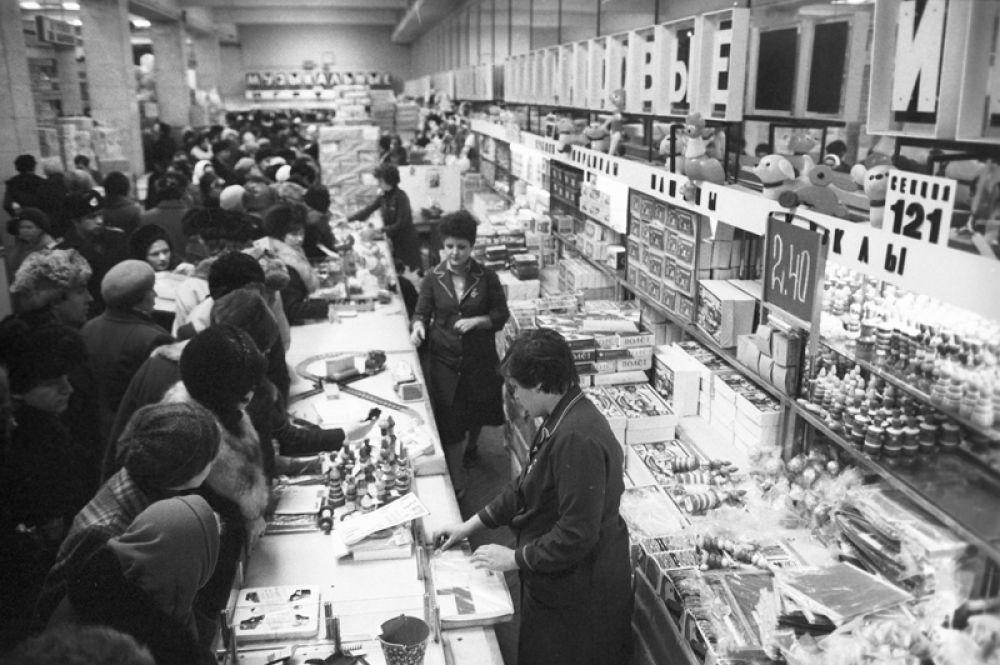 1982 год. Покупатели в универмаге «Центральный Детский мир».
