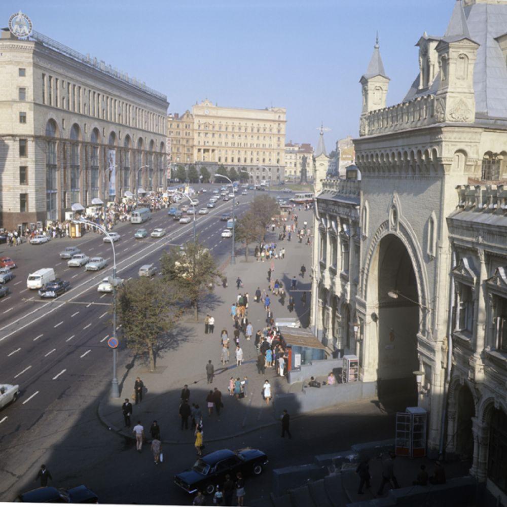 1973 год. Площадь Дзержинского. Вид на магазин «Детский мир» (слева) и здание КГБ СССР.