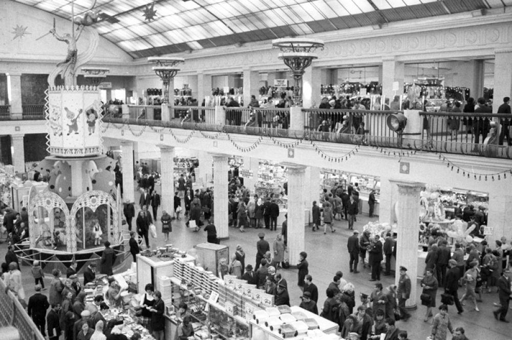1970 год. Торговый зал универсама «Детский мир» в Москве.