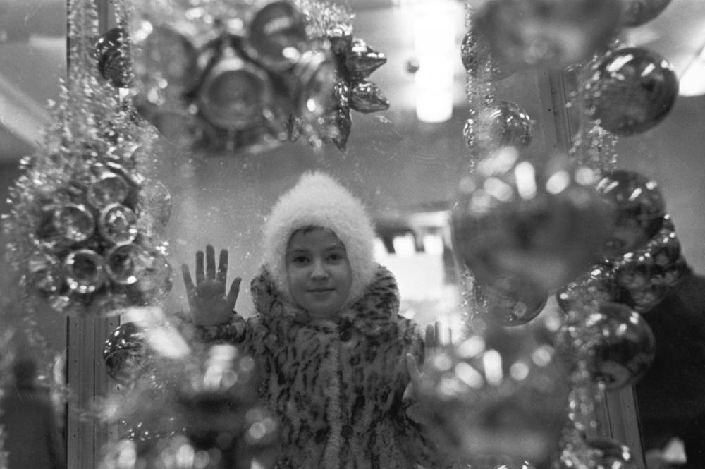 1967 год. Девочка у витрины московского универсального магазина «Детский мир».